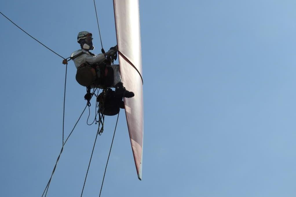 Seiltechniker arbeitet an Rotorblatt